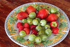 Erdbeeren, Himbeeren und agrus in einer Platte stockfoto