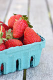 Erdbeeren im blauen Korb Lizenzfreie Stockbilder