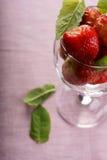 Erdbeeren im Glas lizenzfreie stockbilder