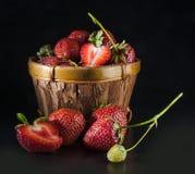 Erdbeeren im Korb Stockbild