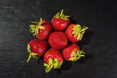 Erdbeeren im Korb, Erdbeerkorb, Erdbeeren auf woode Lizenzfreies Stockbild