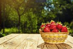 Erdbeeren im Korb, Erdbeerkorb, Erdbeeren auf woode Lizenzfreie Stockfotografie