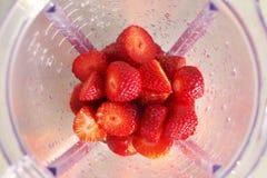 Erdbeeren im Mischer Lizenzfreies Stockfoto