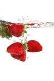 Erdbeeren im Wasser Lizenzfreie Stockbilder