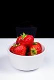 Erdbeeren im weißen keramischen Teller Lizenzfreie Stockbilder