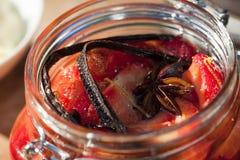 Erdbeeren konserviert in einem Glas Stockbilder