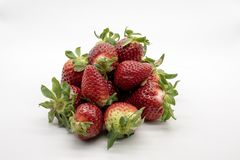 Erdbeeren, lokalisiert auf weißem Hintergrund stockfotos