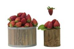 Erdbeeren lokalisiert auf weißem Hintergrund und in einem Korb stockfoto