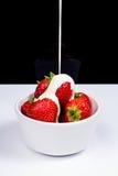 Erdbeeren mit auslaufender Creme Stockfotografie