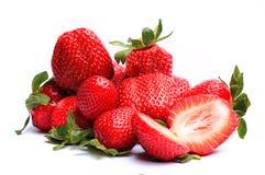 Erdbeeren mit Blättern Auf einem Weiß Stockfotos