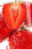 Erdbeeren mit Blasen im Wasser Lizenzfreie Stockfotos