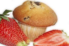 Erdbeeren mit einem Muffin Groß und vom Hintergrund besonders für Sie klar lokalisiert Stockfotografie