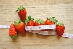 Erdbeeren mit Maßband Stockfotografie