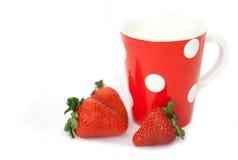 Erdbeeren mit Milch Stockfotografie