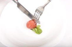 Erdbeeren mit Minze auf einer Platte Lizenzfreies Stockfoto
