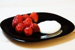 Erdbeeren mit Sauerrahm Stockbilder