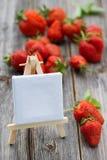 Erdbeeren mit Schild Stockfotografie