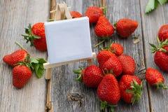 Erdbeeren mit Schild Stockfoto
