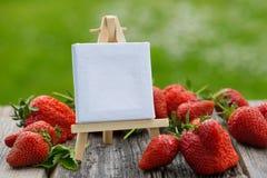 Erdbeeren mit Schild Lizenzfreie Stockbilder