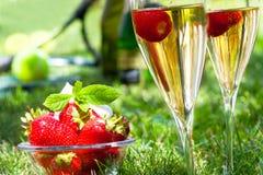 Erdbeeren mit Schlagsahne und Champagner stockfotografie