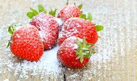 Erdbeeren mit Stevia lizenzfreie stockfotos