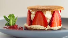 Erdbeeren mit Zobelkeksen und Orangen- und Zitronenzabaionen stockbild