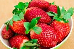 Erdbeeren Organische Nahaufnahme mit Minze, natürliches nicht GMO rustikal Lizenzfreie Stockfotos