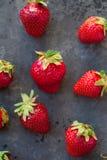 Erdbeeren reif auf einem dunkles Schwarzes beton Hintergrund Stockfoto