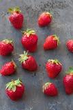 Erdbeeren reif auf einem dunkles Schwarzes beton Hintergrund Lizenzfreies Stockfoto