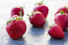 Erdbeeren reif auf einem dunkles Schwarzes beton Hintergrund Stockfotos
