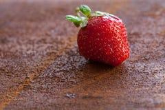 Erdbeeren reif auf einem rustikalen Rosthintergrund Lizenzfreies Stockfoto