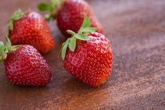 Erdbeeren reif auf einem rustikalen Rosthintergrund Lizenzfreie Stockbilder