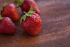 Erdbeeren reif auf einem rustikalen Rosthintergrund Stockbilder