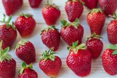 Erdbeeren reif auf einem weißen hölzernen Hintergrund Lizenzfreie Stockbilder