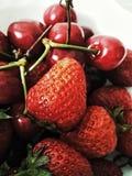 Erdbeeren u. Kirschen Lizenzfreie Stockfotos