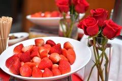 Erdbeeren u. Rosen Stockbild