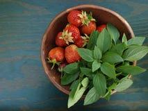 Erdbeeren und Basilikum stockbilder
