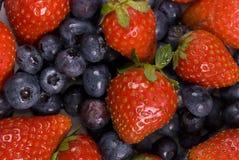 Erdbeeren und Blaubeeren Lizenzfreies Stockfoto