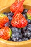 Erdbeeren und Blaubeeren in der hölzernen Schale Lizenzfreie Stockfotografie