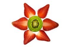 Erdbeeren und eine Kiwi Stockfotografie