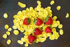 Erdbeeren und Flocken-Getreide auf dunklem Hintergrund Stockfoto