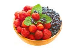 Erdbeeren und Geißblatt Lizenzfreie Stockfotos