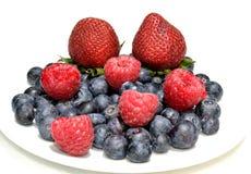 Erdbeerhimbeeren und -blaubeeren Stockfoto