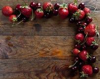 Erdbeeren und Kirschen lizenzfreies stockbild