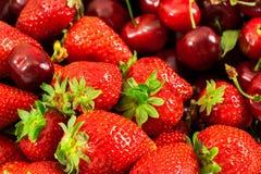 Erdbeeren und Kirschen Stockbilder