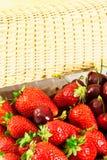 Erdbeeren und Kirschen Lizenzfreie Stockfotos