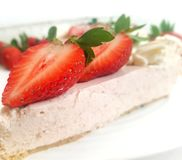 Erdbeeren und Kuchen lizenzfreie stockfotos