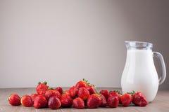 Erdbeeren und Milch lizenzfreies stockbild