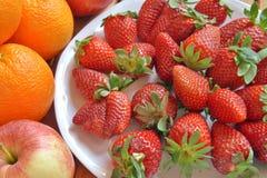 Erdbeeren und Orangen lizenzfreie stockfotografie