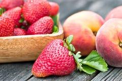 Erdbeeren und Pfirsiche Stockfoto